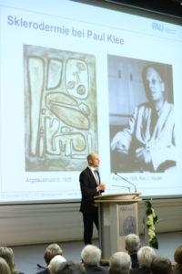 """PD Dr. Christian Beyer referierte in seinem Science-Slam über Sklerodermie bei Paul Klee. Er bekam einen Habilitationspreis für seine Arbeit """"Translationale Forschung in fibrosierenden Autoimmunerkankungen"""". (Foto: FAU/Kurt Fuchs)"""
