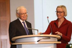 Der diesjährige Renate-Wittern-Sterzel-Preisträger, Mediziner Prof. Dr. J. Kornhuber, und Vizepräsidentin Prof. Dr. A. Kley. (Foto: FAU/Kurt Fuchs)